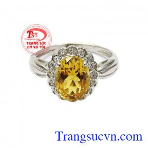 Với kiểu dáng bắt mắt, hợp thời trang cùng điểm nhấn là viên đá thạch anh vàng chính giữa bao quanh là những viên đá kết cz làm tăng vẻ nổi bật cho sản phẩm,Nhẫn nữ bạc thạch anh vàng nữ tính