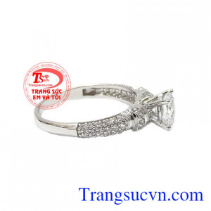 Thiết kế sang trọng, nữ tính làm tôn lên nét đẹp của người đeo. Nhẫn nữ vàng trắng hoàn hảo