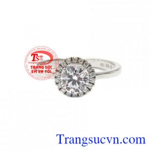 Nhẫn nữ vàng trắng kiêu kỳ được chế tác từ vàng trắng 18k và đá cz lấp lánh.