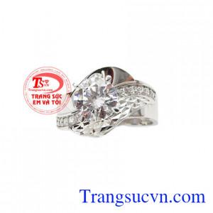 Nhẫn nữ vàng trắng quyến rũ mang thiết kế sang trọng, quý phái.