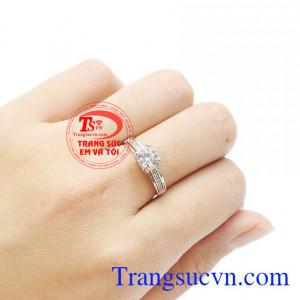 Sản phẩm chế tác từ vàng trắng 18k bền đẹp. Nhẫn nữ vàng trắng tinh khôi