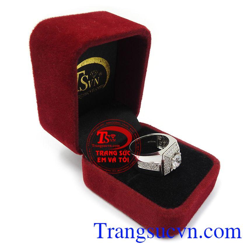 Nhẫn nam phù hợp phong cách thời trang và trang phục đa dạng, tạo nên nét riêng cho người đeo. Nhẫn nam vàng trắng bình an