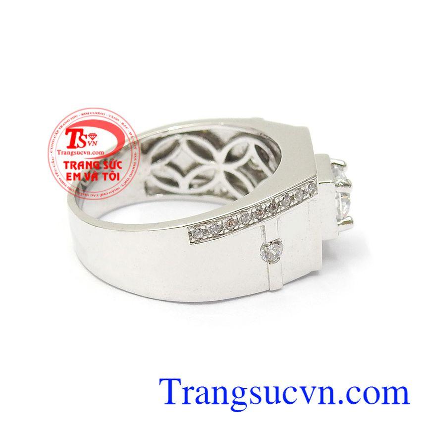 Với thiết kế gắn đá CZ tinh xảo, cao cấp mang lại sự sang trọng cho từng chi tiết sản phẩm Nhẫn nam vàng trắng quyền uy