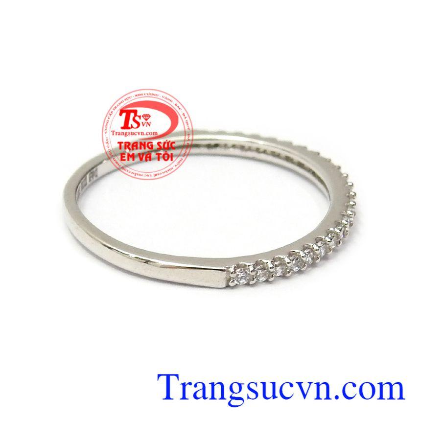 Nhẫn nữ đính đá duyên dáng là sản phẩm được ưa chuộng nhất hiện nay