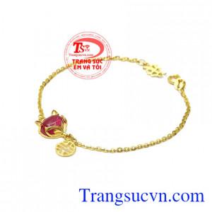 Lắc tay hồ ly quyến rũ là sự kết hợp hoàn hảo từ đá nhân tạo và vàng tây 10k sáng bóng.