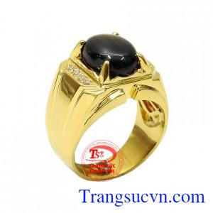 Nhẫn nam Sapphire phong độ là sản phẩm được thiết kế sáng bóng từ vàng 14k chất lượng cùng đá sapphire sao đắt giá.