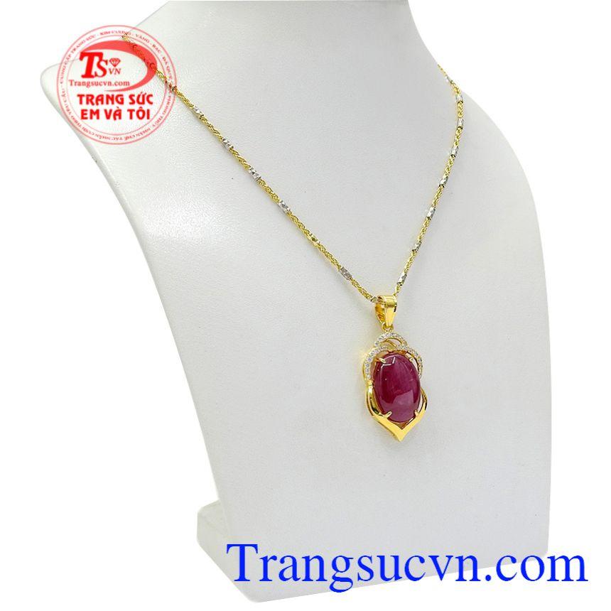 Bộ dây chuyền là biểu tượng của tình yêu, hạnh phúc, sự hưng thịnh và cơ may. Bộ mặt dây Ruby trang nhã