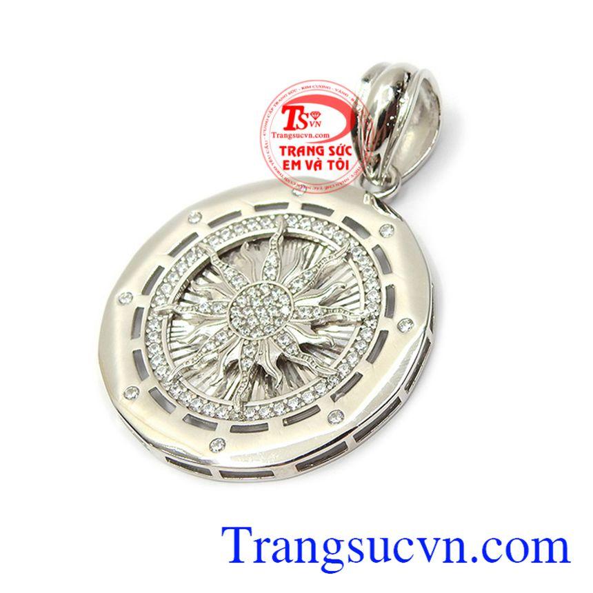 Mặt dây chuyền bạc mạnh mẽ đeo phù hợp nhiều loại dây chuyền, kết hợp dễ dàng với nhiều phong cách thời trang đa dạng