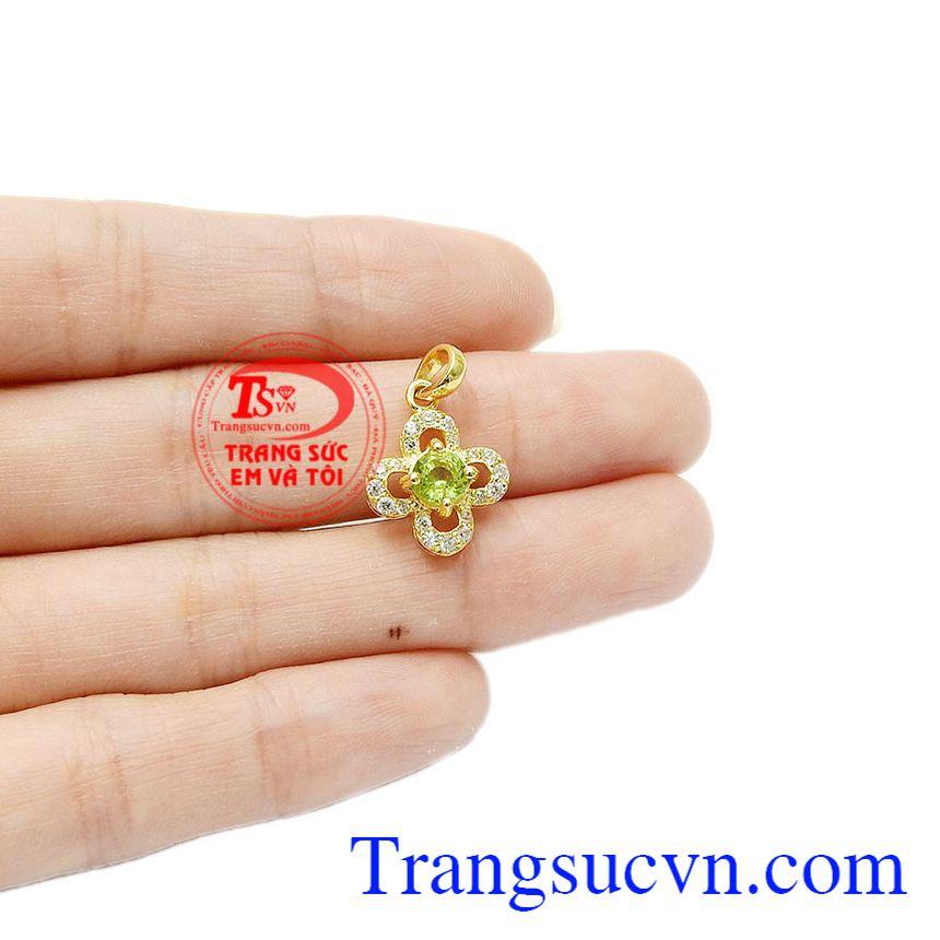 Không chỉ có vậy, đá peridot còn là loại đá đặc biệt dành cho người sinh tháng 8 và kỷ niệm 16 năm ngày cưới. Mặt dây peridot yên bình