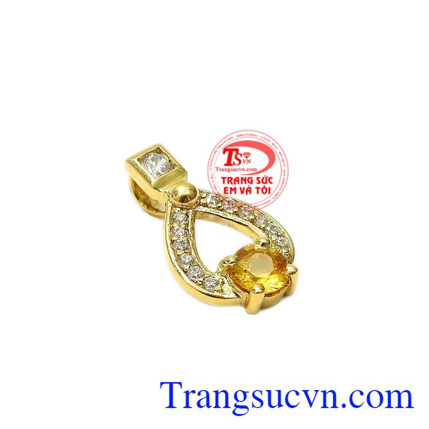 Mặt dây saphir vàng độc đáo với thiết kế mới lạ, phong cách.