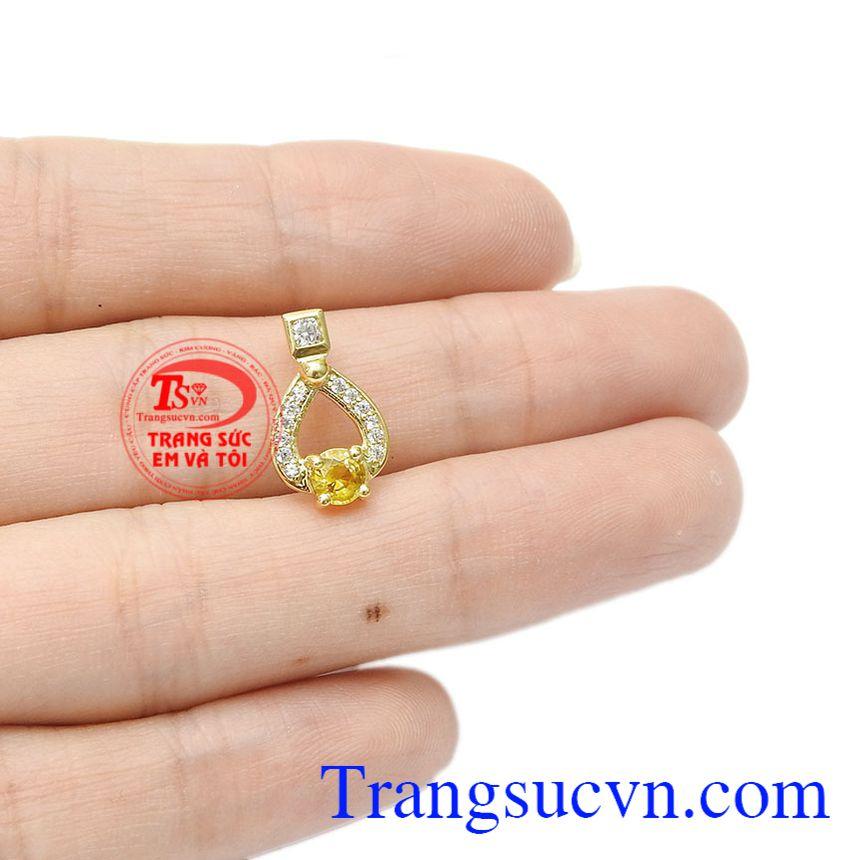 Saphir vàng thiên nhiên là biểu tượng cho sự giàu có và thịnh vượng. Mặt dây saphir vàng độc đáo