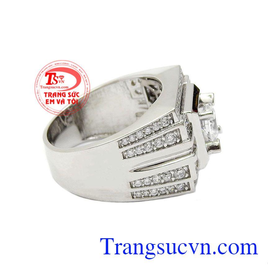 Sản phẩm thiết kế mới lạ được rất nhiều khách hàng ưa chuộng vì dễ dàng kết hợp với nhiều loại trang phục khác nhau,Nhẫn nam vàng trắng quý ông
