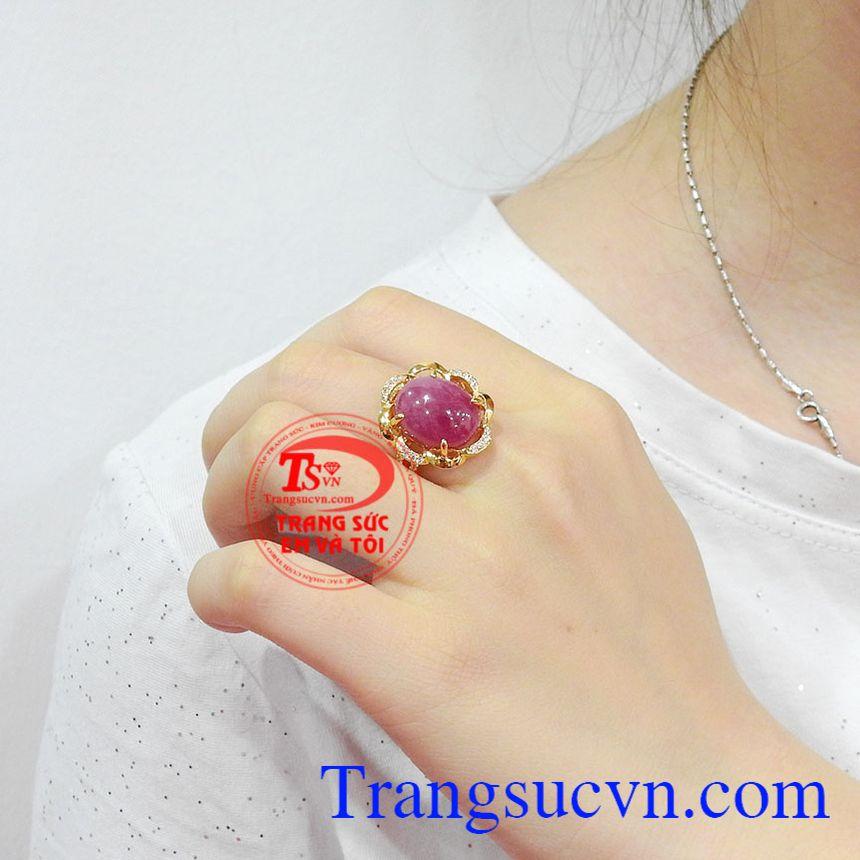 Trong phong thủy, nhiều người quan niệm rằng, khi đeo đá ruby sẽ giúp cho người dùng gặp may mắn, thịnh vượng và các mâu thuẫn cũng giảm bớt. Nhẫn nữ ruby rực rỡ