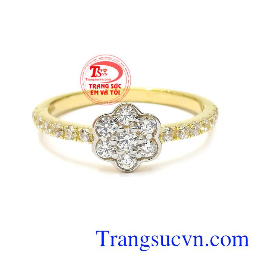 Với thiết kế nhỏ xinh nhưng chiếc nhẫn vẫn trở nên tỏa sáng toát lên vẻ thần thái cho phái đẹp. Nhẫn nữ vàng hoa xinh xắn