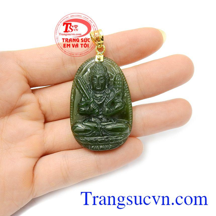 Phật bản mệnh nephrite Sửu Dần với đường nét chạm khắc tinh xảo, kết hợp với móc vàng sang trọng dễ dàng kết hợp với nhiều loại dây chuyền khác nhau, tạo nên phong cách riêng cho người đeo.