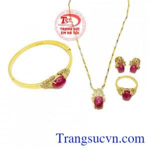 Bộ trang sức ruby sao lấp lánh là sự kết hợp của vàng tây và ruby sao thiên nhiên.