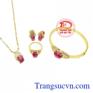 Phong cách trẻ trung, hợp thời trang sẽ giúp người đeo trở nên ấn tượng hơn. Bộ trang sức ruby sao lấp lánh