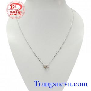 Dây chuyền liền mặt phong cách kết hợp đầy tinh tế giữa dây chuyền vàng trắng mảnh mai và mặt dây hình trái tim đính đá xinh xắn