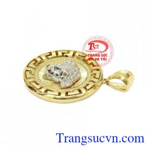 Sản phẩm kết hợp vàng màu, vàng trắng và đá cz tạo nên một chiếc mặt dây phong cách và cá tính. Mặt dây nam versace phong cách