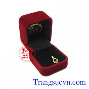 Sản phẩm phù hợp với người mệnh kim và mệnh thổ. Mặt dây saphir vàng độc đáo