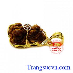 Mặt dây đeo hợp thời trang và phong thủy, dễ dàng kết hợp với nhiều loại dây chuyền khác nhau.