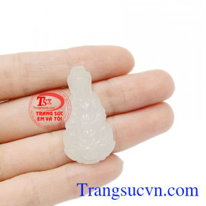Ngọc cẩm thạch được biết đến là loại ngọc quý, thường chỉ dùng cho gia đình giàu có hoặc vua chúa. Mặt phật bà cẩm thạch trắng độc đáo