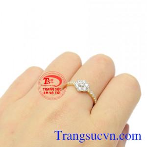 Sản phẩm dễ kết hợp với nhiều kiểu quần áo, hợp xu hướng. Nhẫn nữ vàng hoa xinh xắn