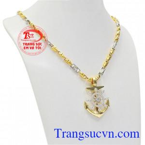 Bộ sản phẩm là sự kết hợp hoàn hảo giữa mặt dây vàng nam tinh tế và dây chuyền vàng tinh tế đeo hợp thời trang
