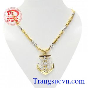 Bộ mặt dây thời thượng được chế tác tinh xảo từ công nghệ cao, vàng chất lượng mang lai vẻ hiện đại, sang trọng cho phái mạnh