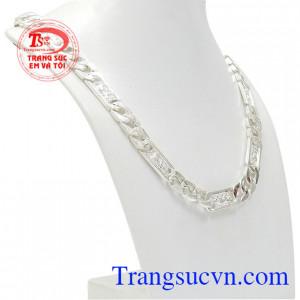 Dây chuyền bạc tuổi dần được chế tác theo công nghệ hiện đại mang lại sản phẩm phong cách và nam tính.