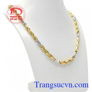 Dây chuyền nam doanh nhân được chế tác từ vàng tây 10k với sự kết hợp vàng trắng và vàng màu giúp cho sản phẩm trở nên nổi bật hơn.