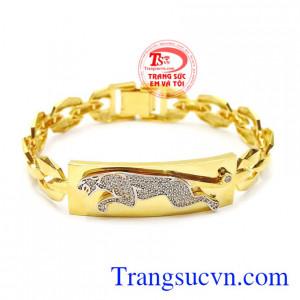Lắc nam báo dũng mãnh được chế tác công phu, tinh xảo từ vàng 10k, chất lượng vàng sáng bóng.