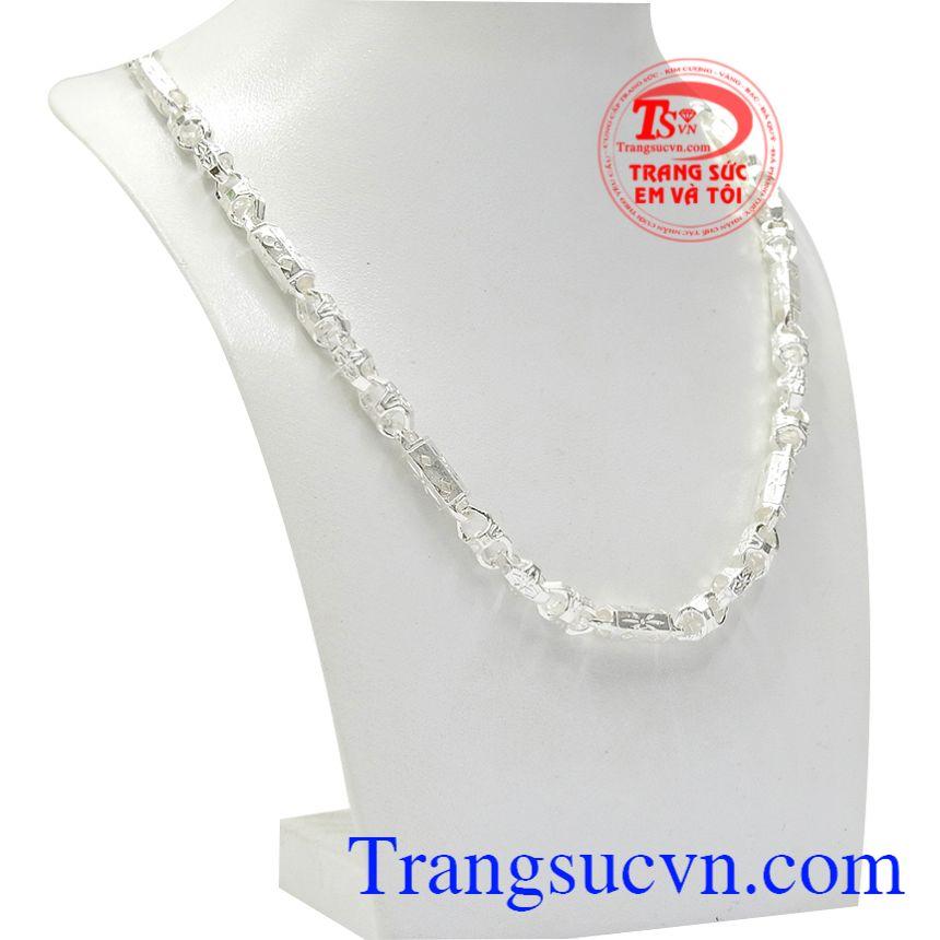 Khi đeo dây bạc vừa hợp thời trang mà còn vừa giữ sức khỏe, tạo nên vẻ trẻ trung.