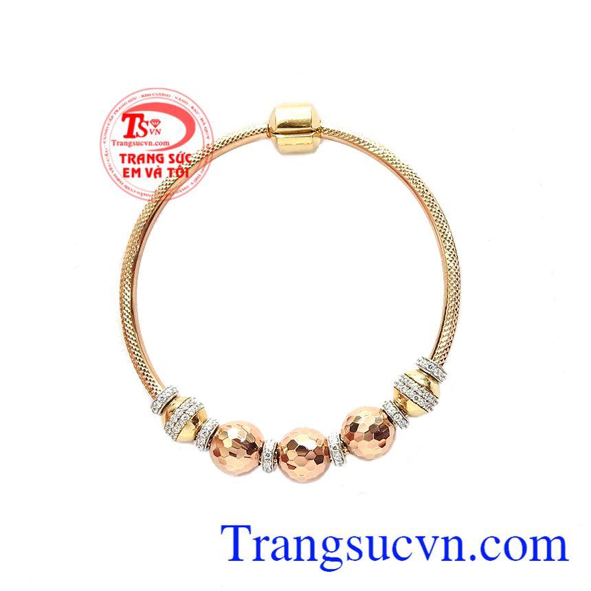 Với sự kết hợp vàng màu và vàng hồng khiến chiếc vòng tay vô cùng độc đáo. Vòng tay vàng hồng ấn tượng
