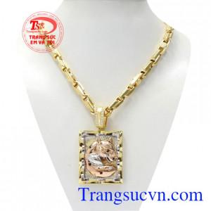 Bộ mặt dây báo mạnh mẽ là sự kết hợp giữa mặt dây báo đầy thời trang và dây chuyền vàng chất lượng.
