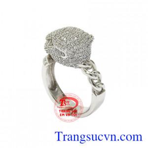 Từng viên CZ lấp lánh tạo điểm nhấn, sức hút cho chiếc nhẫn.