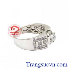 Không như những chiếc nhẫn vàng màu, nhẫn nam vàng trắng mang đến một phong cách mới, thời thượng và đẳng cấp. Nhẫn nam vàng trắng thành đạt