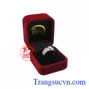 Sản phẩm chế tác từ vàng trắng 18k bền đẹp với thời trang. Nhẫn nam vàng trắng thành đạt