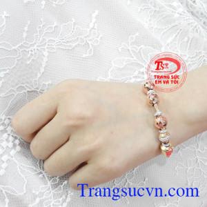 Sản phẩm thích hợp với nhiều kiểu trang phục. Vòng tay vàng hồng ấn tượng