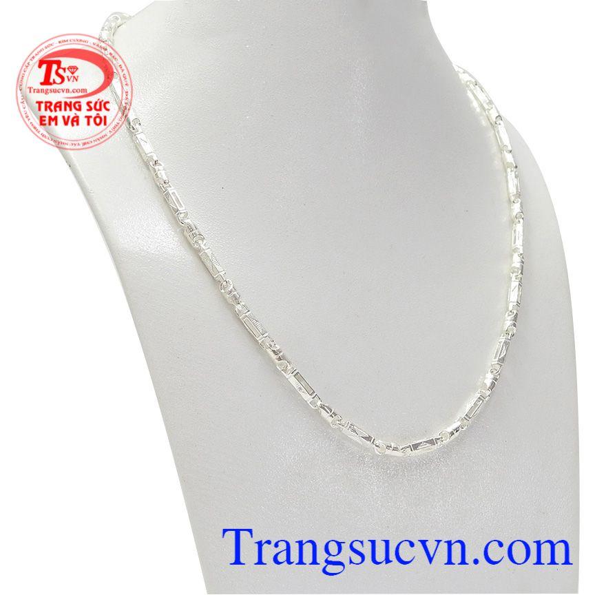 Khi đeo chiếc dây chuyền bạc nam giới có thể tự tin khoe cá tính.