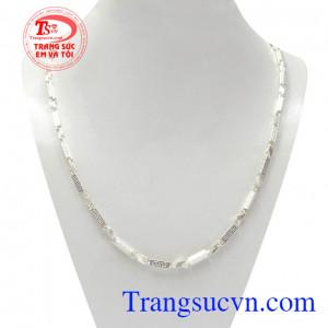 Dây chuyền bạc thành công được chế tác tinh tế mang lại phong cách riêng biệt cho người đeo.