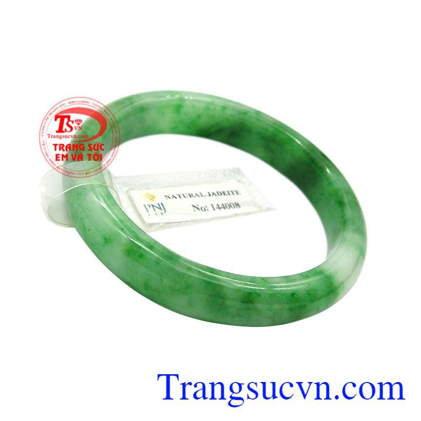 Vòng ngọc jadeite bình an là món quà ý nghĩa để bạn có thể dành tặng cho người bà, người mẹ của mình.