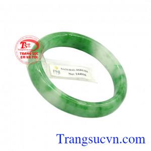 Vòng ngọc jadeite an nhiên như lá bùa hộ mệnh cho người dùng.