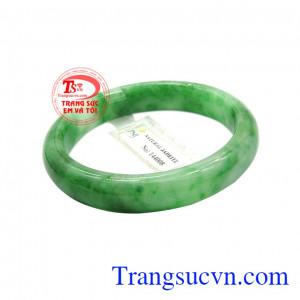 Sản phẩm vừa có tác dụng trong phong thủy vừa có tác dụng điều trị một số bệnh. Vòng ngọc jadeite bình an