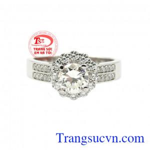 Nhẫn nữ kim cương kiêu sa mang phong cách quý cô sành điệu, sang trọng và quyến rũ.