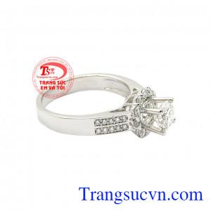Kiểu dáng hợp thời trang, phù hợp với nhiều kiểu trang phục. Nhẫn nữ kim cương kiêu sa