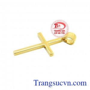 Mặt dây thánh giá kết hợp cùng dây chuyền vàng tôn lên vẻ thời trang và dễ dàng kết hợp cùng nhiều kiểu quần áo. Thánh giá vàng thời thượng