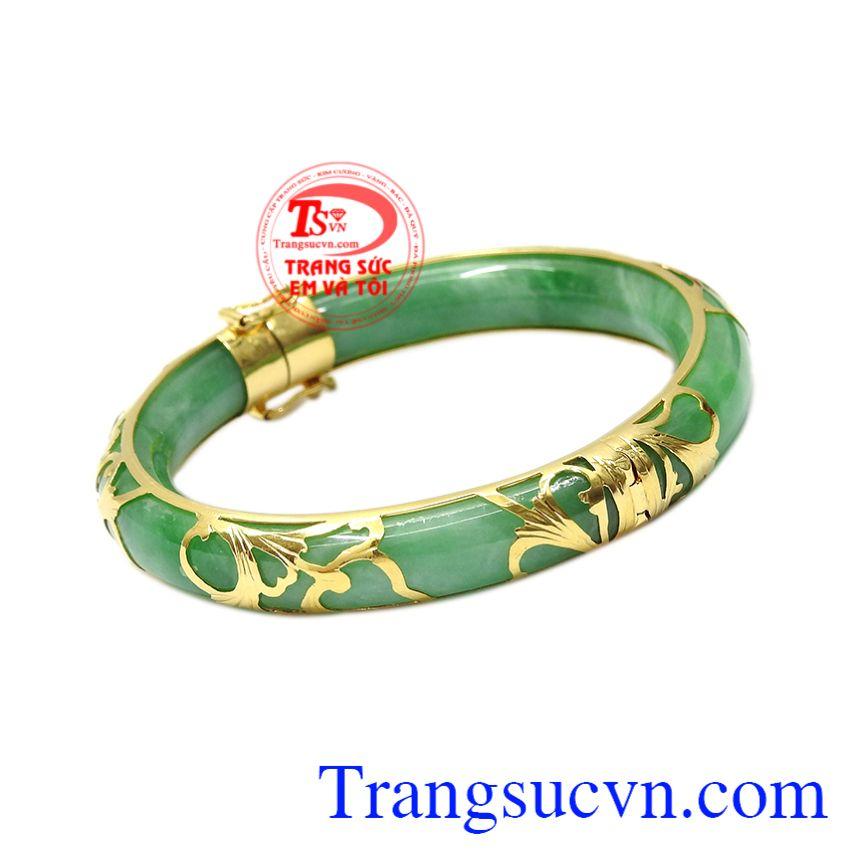 Chiếc vòng là sự kết hợp đầy tinh tế và sáng tạo giữa ngọc cẩm thạch thiên nhiên và vàng tây 14k.