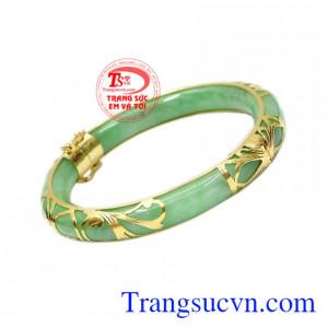 Những sản phẩm được chế tác từ ngọc cẩm thạch vừa là trang sức sang trọng vừa là lá bùa hộ mệnh cho người đeo.