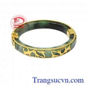 Vòng cẩm thạch bọc vàng quý bà được thiết kế đặc biệt để có thể dành tặng tới người mẹ, người bà của bạn trong những dịp đặc biệt.